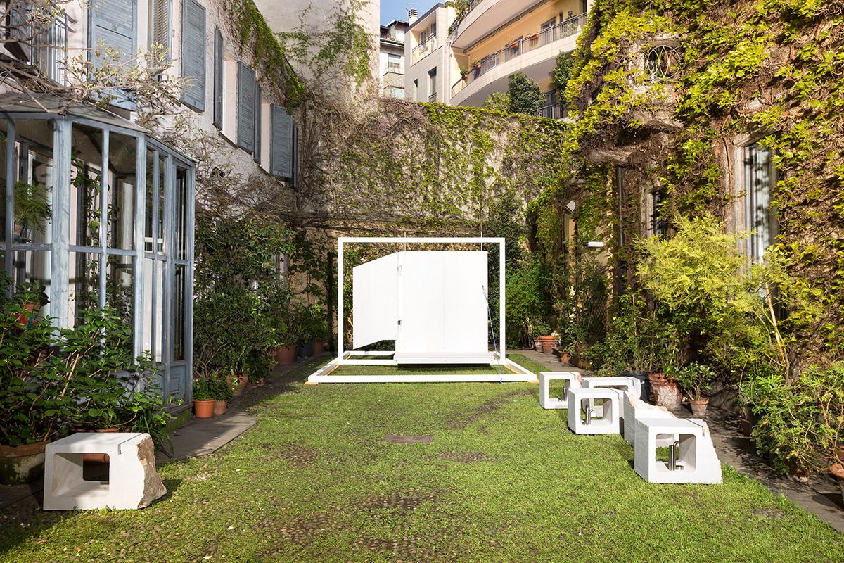 Quinta, l'installazione site specific in marmo Botticino Classico