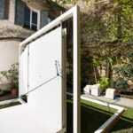 Quinta, installazione site specific in marmo Botticino Classico